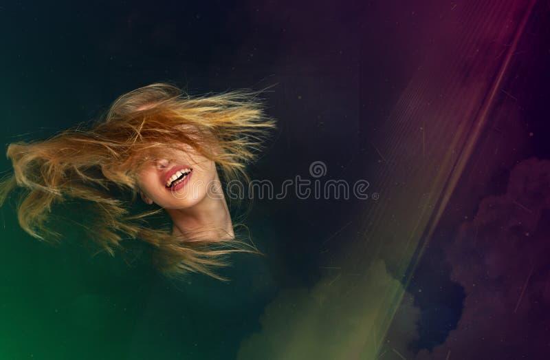 Blondynki młodej kobiety taniec przy dyskoteki przyjęciem obrazy stock