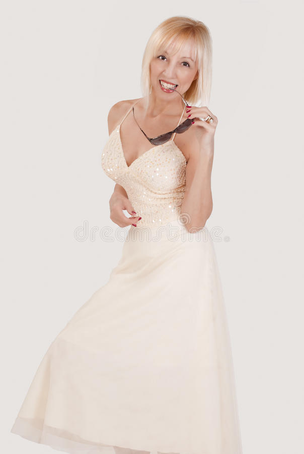blondynki mienia uśmiechnięta okularów przeciwsłoneczne kobieta obraz royalty free