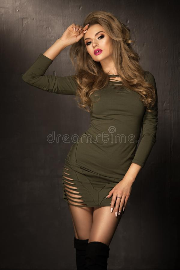 Blondynki mody dziewczyna z długim i błyszczącym kędzierzawym włosy zdjęcie stock