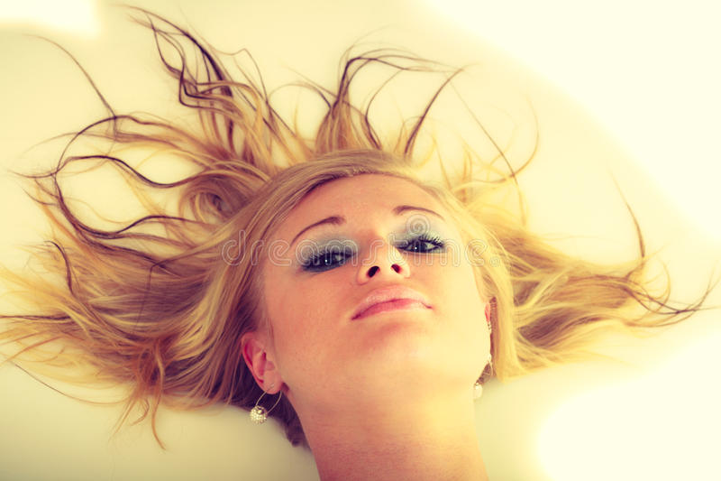 Blondynki oszałamiająco młoda dama w bielu fotografia stock