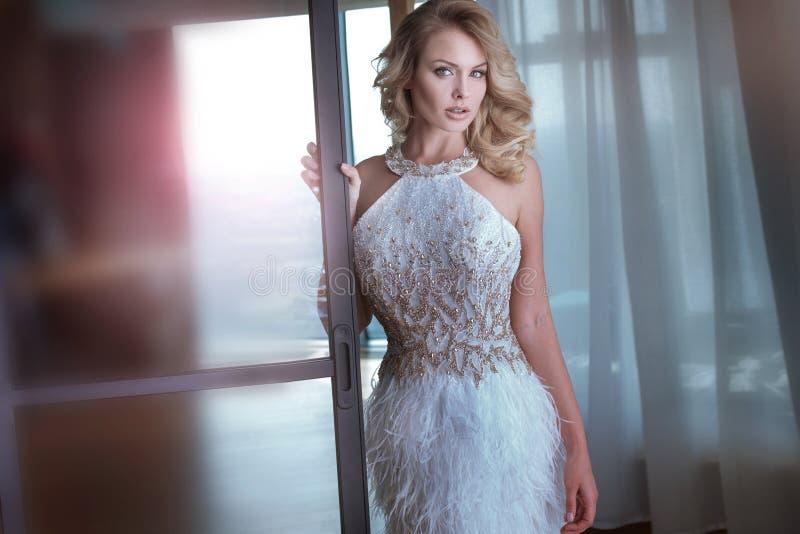 Blondynki piękna kobieta jest ubranym modnych ubrania zdjęcia royalty free