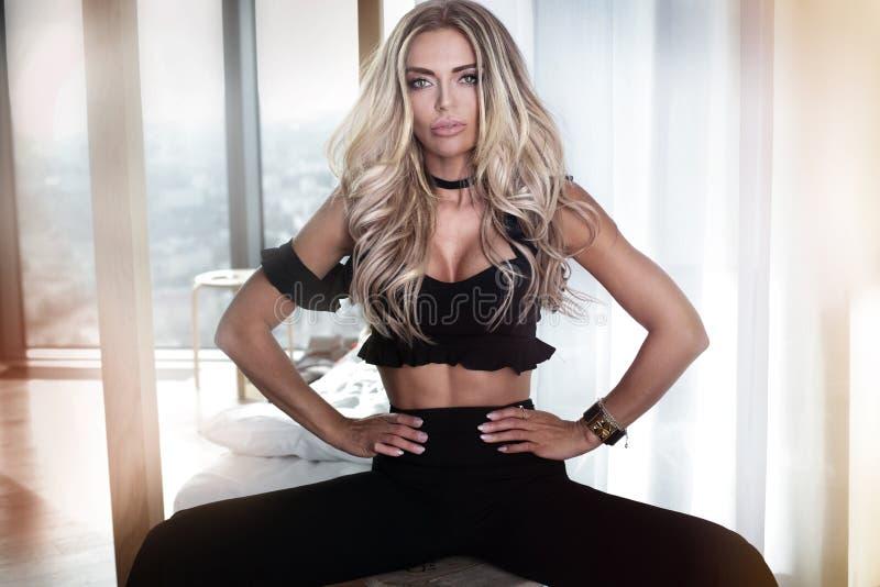 Blondynki piękna kobieta jest ubranym modnych ubrania zdjęcie royalty free