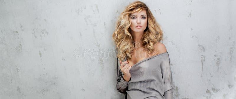 Blondynki piękna kobieta z długie włosy obraz stock