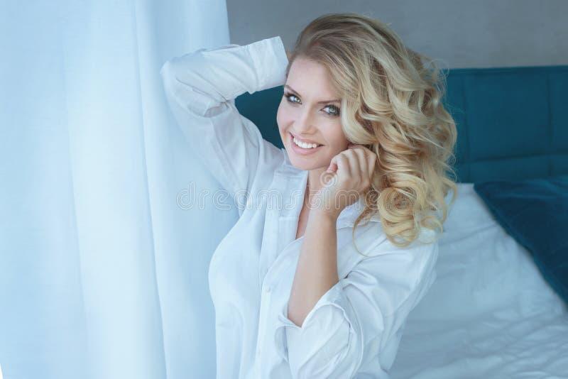 Blondynki seksowna kobieta w sypialni obraz stock