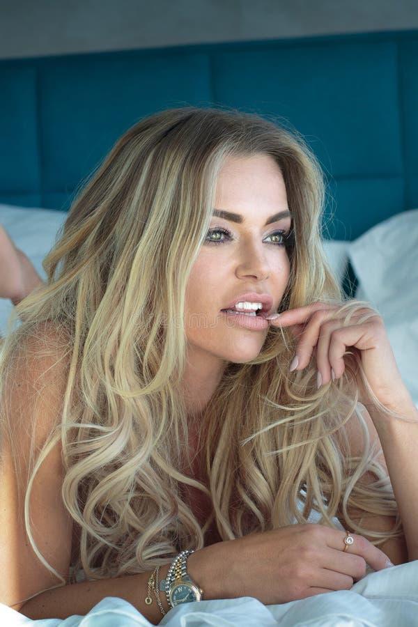 Blondynki seksowna kobieta w sypialni obrazy royalty free