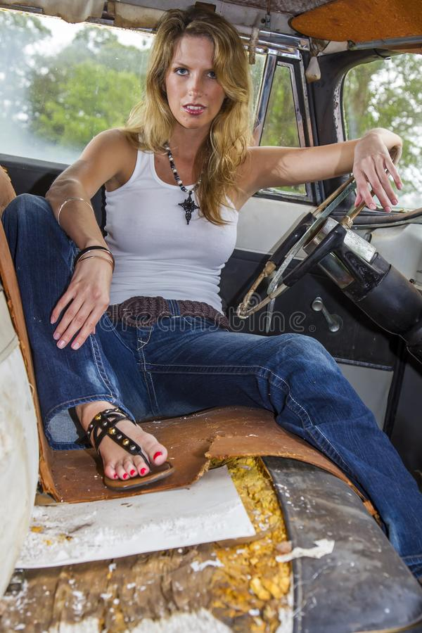 Blondynki Wzorcowy Pozować Z rocznika samochodem zdjęcie royalty free