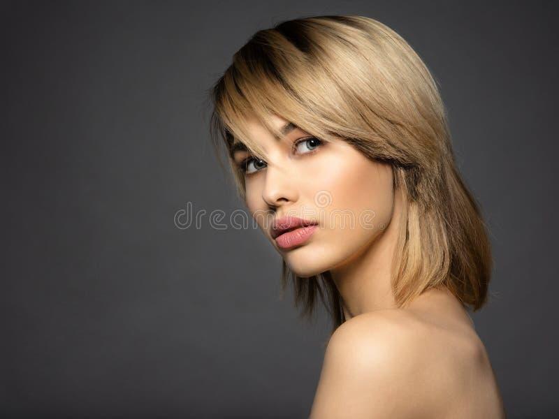Blone kvinna med ett kort hår, frans blond sexig kvinna royaltyfria bilder