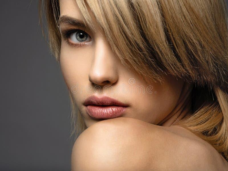 Blonevrouw met een kort haar, rand Sexy blonde vrouw royalty-vrije stock fotografie