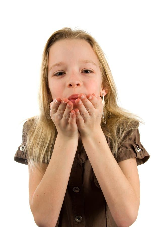 blont barn för blowflickakyss arkivbilder
