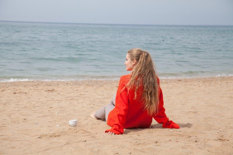 Blont drinkte för kvinna på strandhavkusten fotografering för bildbyråer