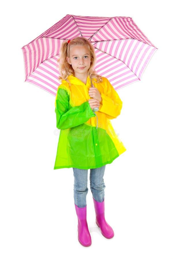 blont flickapinkparaply under barn royaltyfri bild