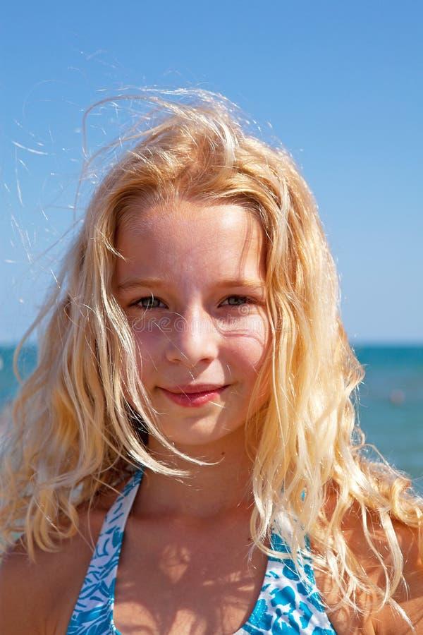 blont flickaportaitbarn arkivfoto