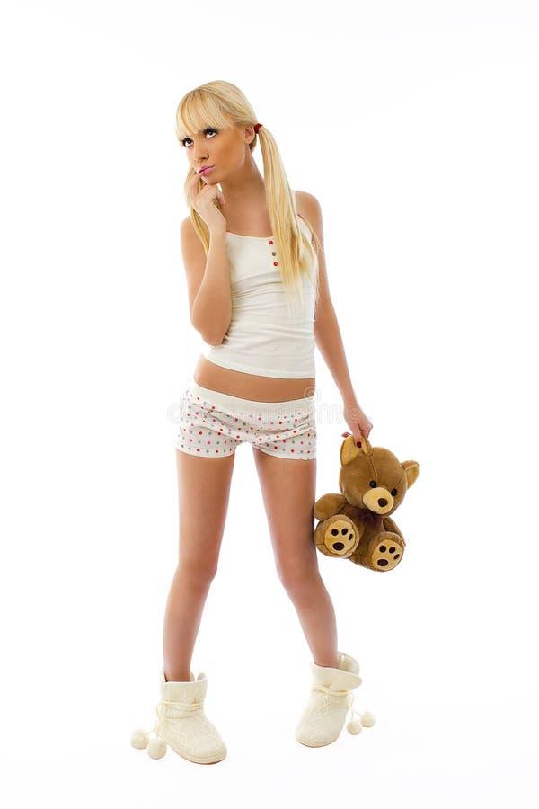 blont gulligt slitage barn för flickaholdingpajamas t arkivbild