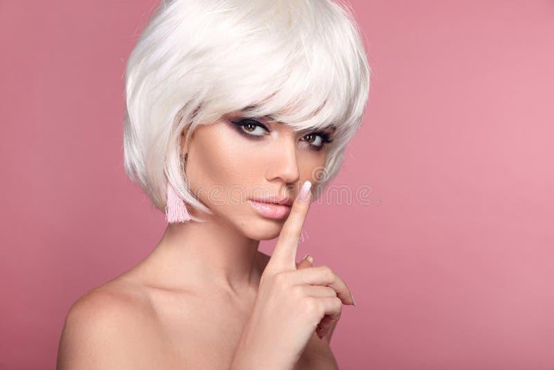 Blont guppar den korta frisyren makeup Ombre spikar H?rlig kvinna f?r h?rf?rgl?ggning Moderiktiga frisyrer Blond modell med kort  royaltyfri foto