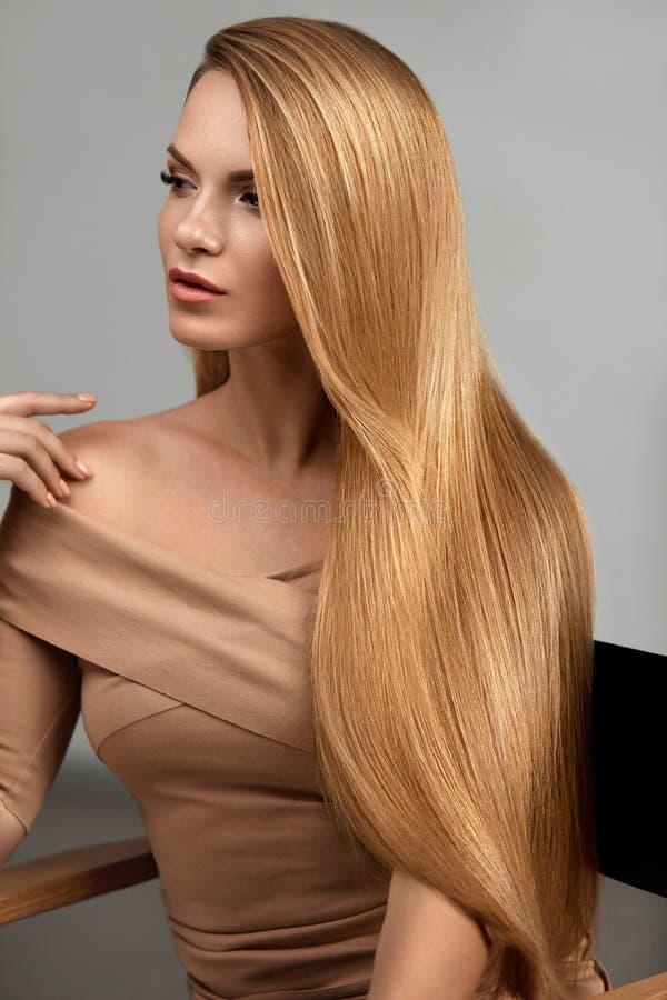 blont hår long Härlig kvinna med sunt rakt hår royaltyfria bilder