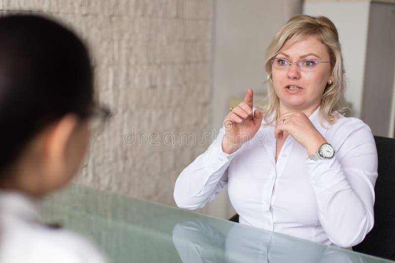 Blont kvinnafel på jobbintervju royaltyfria foton