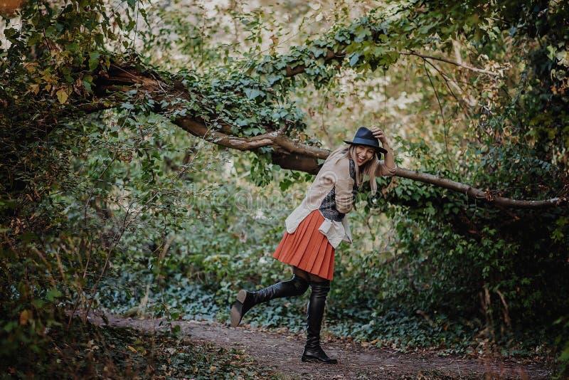 blont le för flicka härligt lyckligt ståendekvinnabarn fotografering för bildbyråer