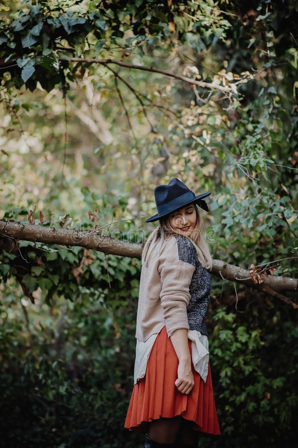 blont le för flicka härligt lyckligt ståendekvinnabarn royaltyfri foto