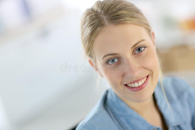 Blont le för studentflicka arkivbild