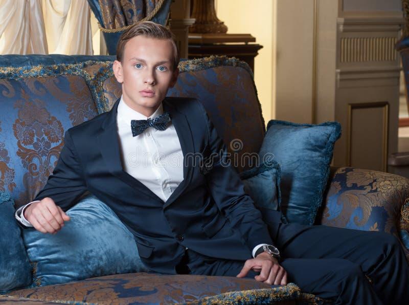 blont manbarn för blåa ögon royaltyfria bilder