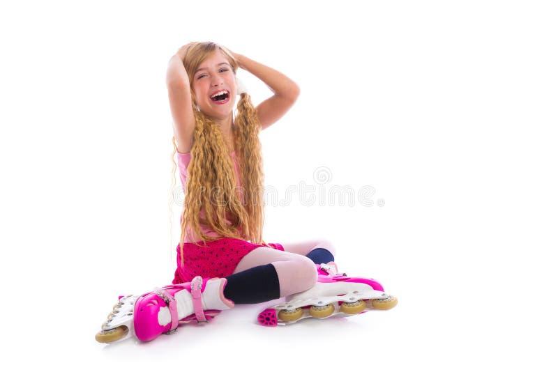 Blont sitta för flicka för råttsvansrullskridsko som är lyckligt arkivfoton