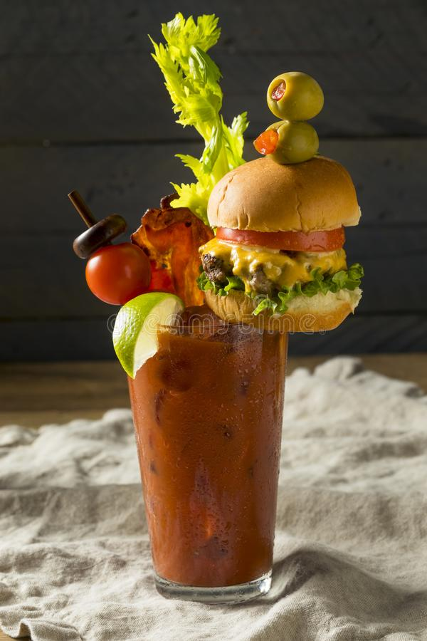 Bloody Mary gastronome glacial froid avec un hamburger photo stock