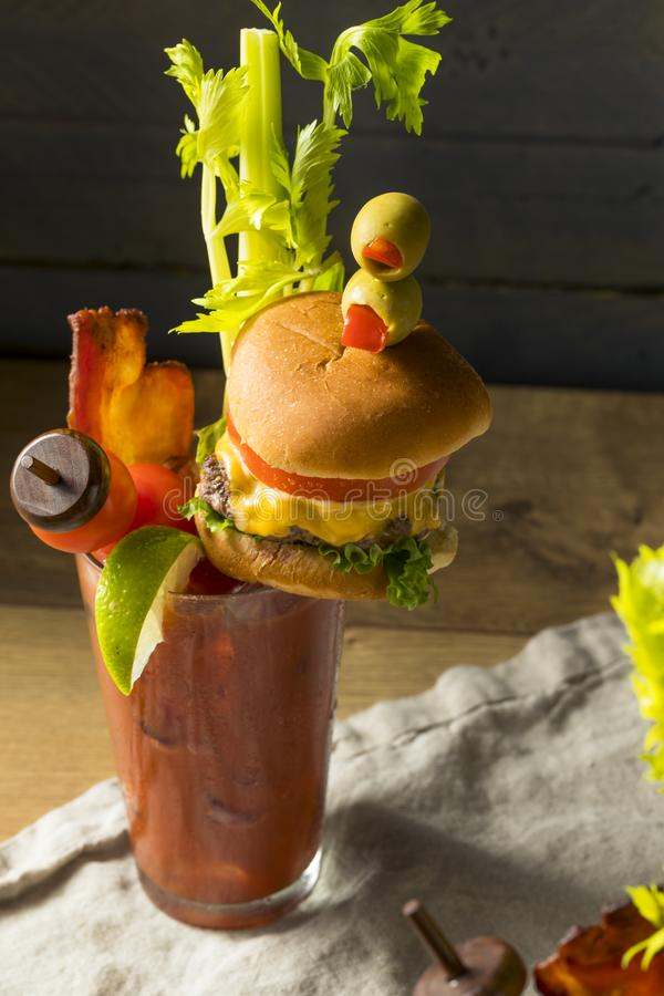 Bloody Mary gastronome glacial froid avec un hamburger images libres de droits