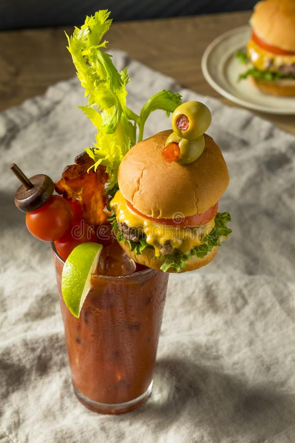 Bloody Mary gastronome glacial froid avec un hamburger photographie stock libre de droits