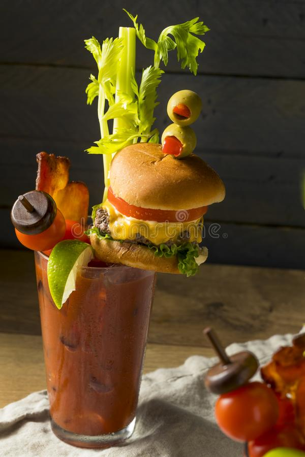 Bloody Mary gastronome glacial froid avec un hamburger image stock