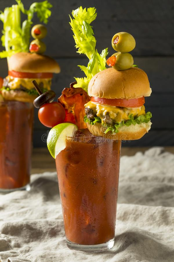 Bloody Mary gastronome glacial froid avec un hamburger photos stock