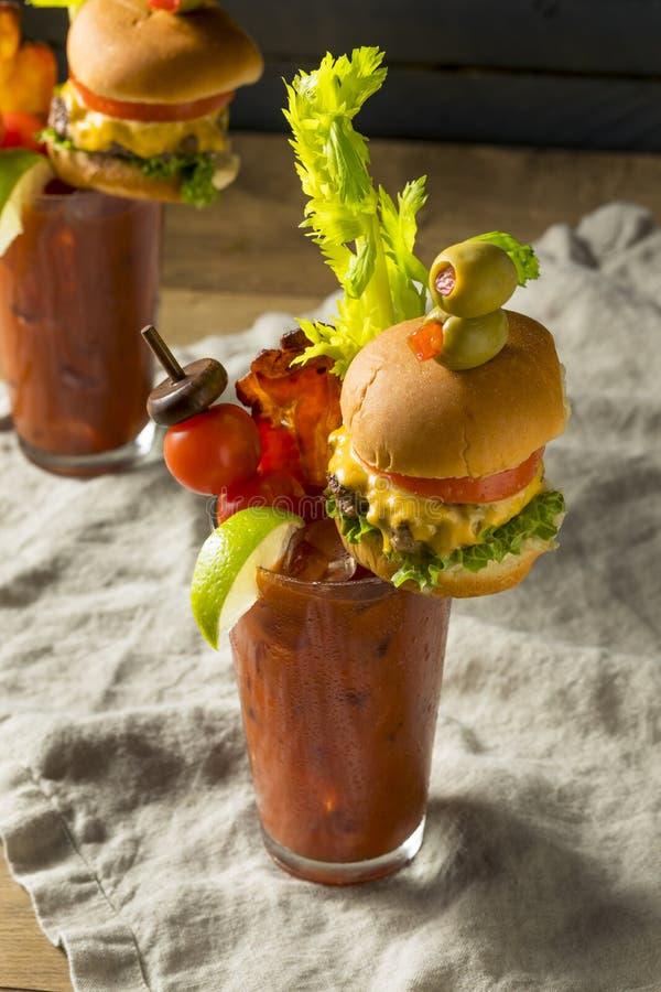 Bloody Mary gourmet gelado frio com um Hamburger fotografia de stock
