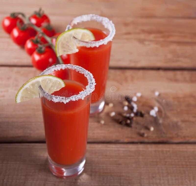 Bloody Mary koktajl w szk?ach Pomidorowy bloody mary korzenny nap zdjęcia royalty free