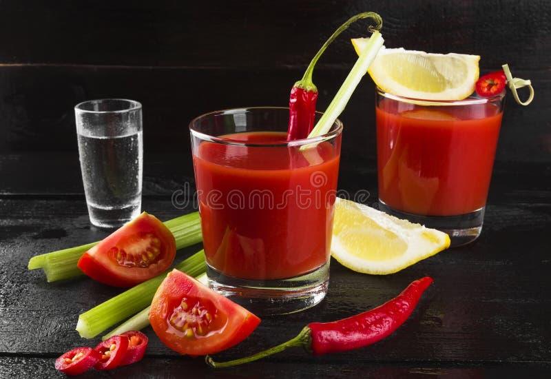 Bloody mary met selderie, citroen, hete peper op een donkere achtergrond stock fotografie