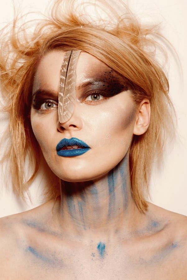 Bloody y horror Halloween Cosméticos y skincare del maquillaje Salón de belleza y peluquero Mujer atractiva con maquillaje del mi imagen de archivo
