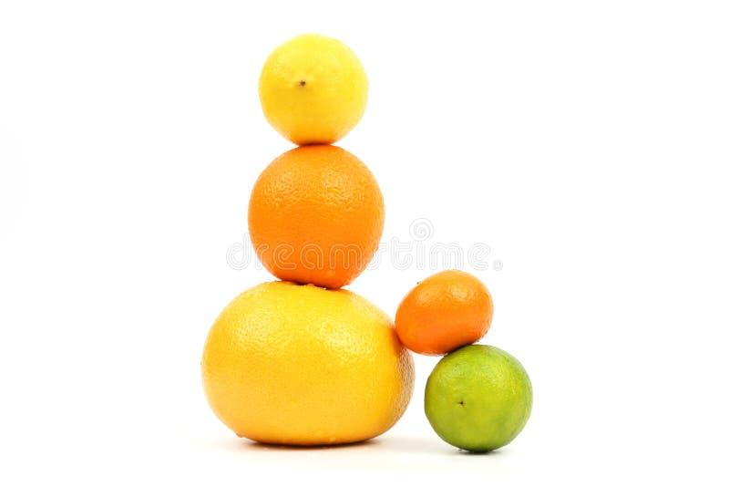 Blootgestelde piramide van citrusvruchten op witte achtergrond stock foto
