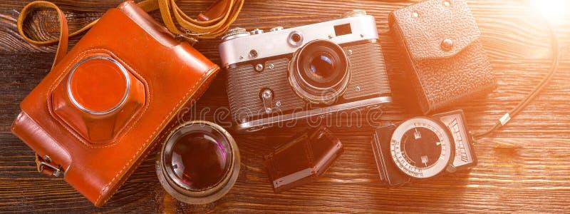 Blootstellingsmeter en retro camera Bannerconcept royalty-vrije stock afbeeldingen