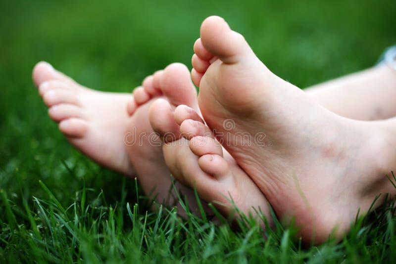 Blootvoets in gras stock afbeelding