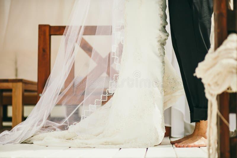Blootvoets Huwelijkspaar stock afbeelding