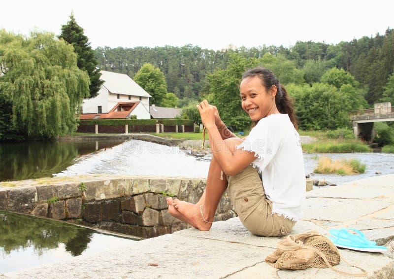 Blootvoets meisje door rivier stock afbeelding