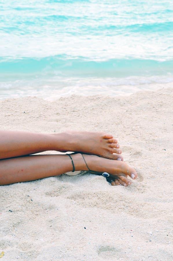 Blootvoets op het zandige strand stock foto