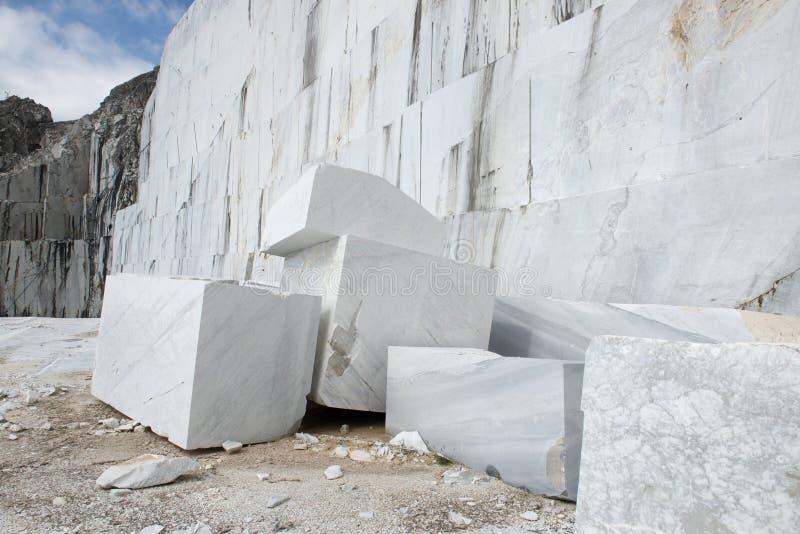 Bloque blanco de la mina de mármol imágenes de archivo libres de regalías
