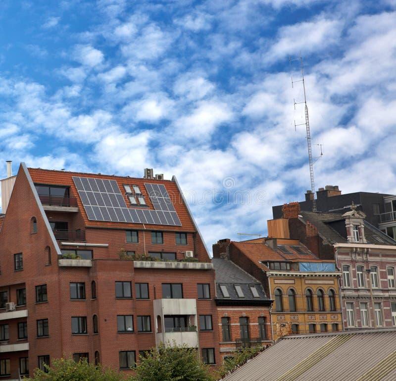 Bloque de apartamentos con los paneles solares en la azotea fotos de archivo libres de regalías