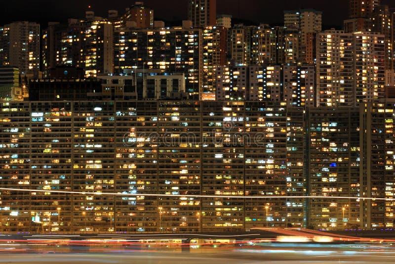 Bloque de apartamentos en la noche imagenes de archivo