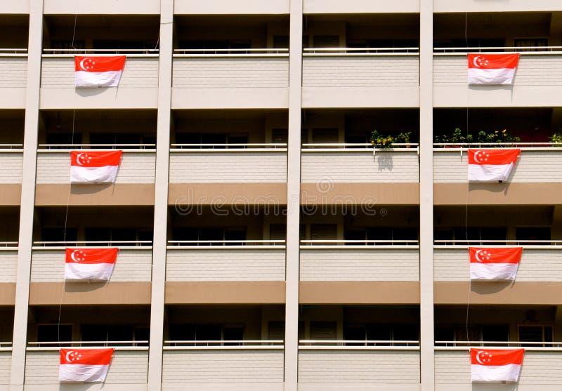 Bloque de apartamentos en Singapur con las banderas para las celebraciones del día nacional imágenes de archivo libres de regalías