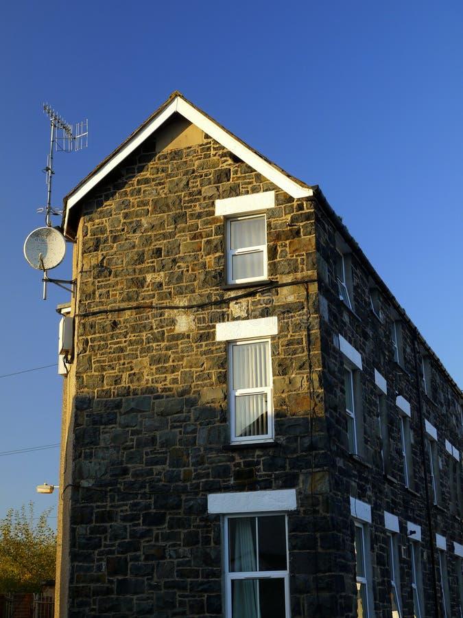 Bloque de apartamentos solitario, con las antenas imagen de archivo libre de regalías