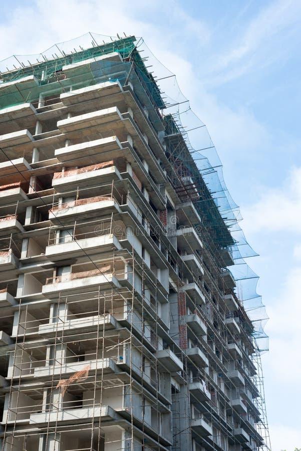 Bloque de apartamentos de varios pisos del emplazamiento de la obra foto de archivo libre de regalías