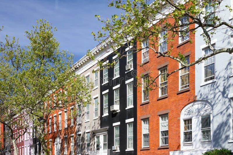 Bloque de casas de fila coloridas en la calle de Macdougal en New York City imagen de archivo libre de regalías