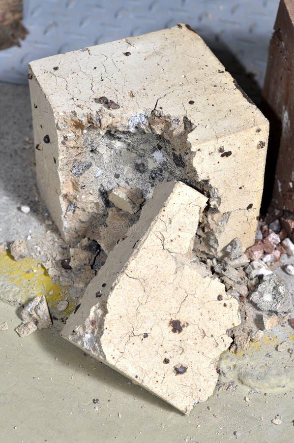 Bloque de cemento de la HPC destruido imagen de archivo