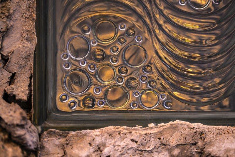 Bloque de cristal en el extracto de la pared fotos de archivo libres de regalías