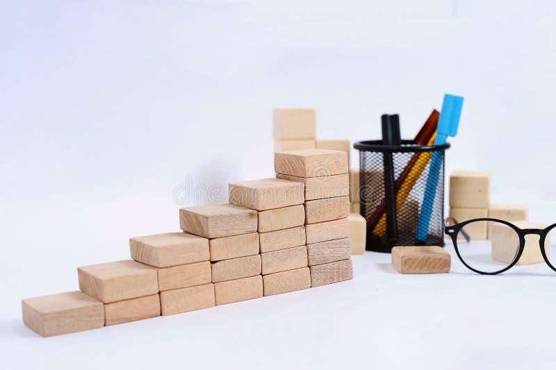 Bloque de madera que apila como escalera del paso en la tabla de madera Concepto del negocio para el proceso del ?xito del crecim fotos de archivo